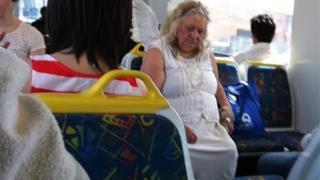Una donna anziana con ali di angelo