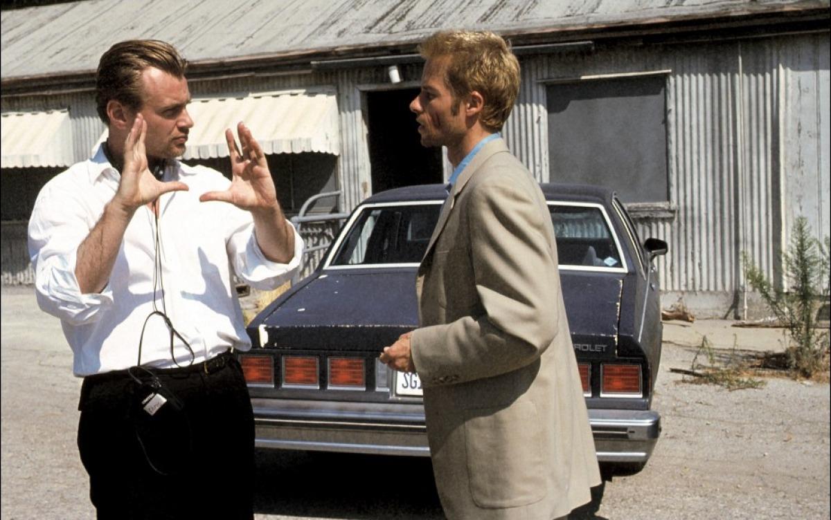 Guy Pearce e Christopher Nolan durante le riprese del film Memento.