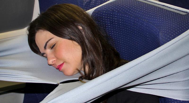 L'accessorio B-Tourist usato per dormire in aereo