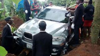 Foto del funerale, in cui si può chiaramente vedere la macchina utilizzata come bara.