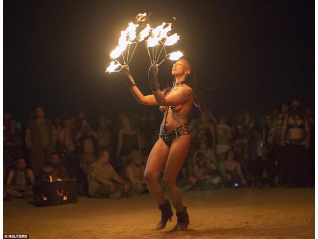 Gli spettacoli burlesque per il Wasteland Weekend