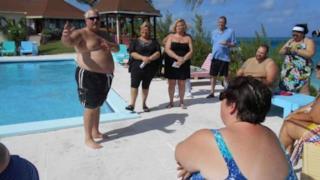Alcuni clienti del resort conversano fra loro