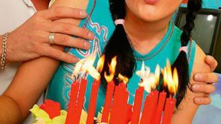 Scena iniziale di un film per adulti con torta di compleanno