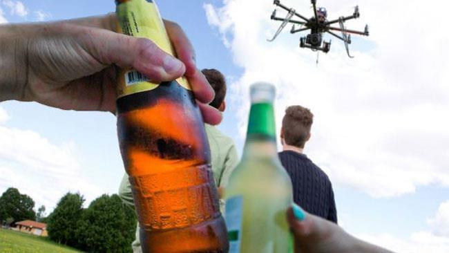 Delle persone bevono e guidano droni