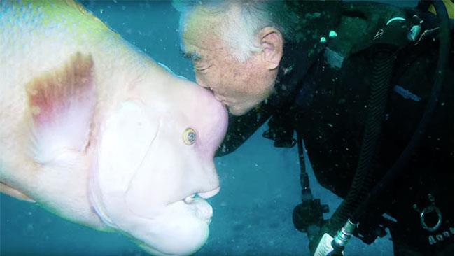 Un tenero bacio dato dal sub alla sua amica