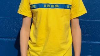 La fibbia di IKEA FRAKTA usata come inserto di una maglietta
