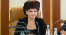 La senatrice russa sfoggia orgogliosamente la sua chioma