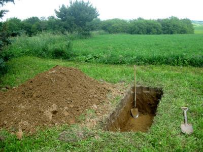 Una fossa in un cimitero