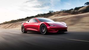 Una Tesla Roadster che sfreccia sulla strada
