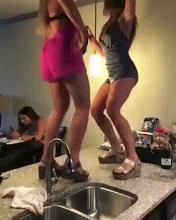 Una ragazza cade mentre balla - Le GIF più divertenti da scaricare e condividere su Facebook e WhatsApp