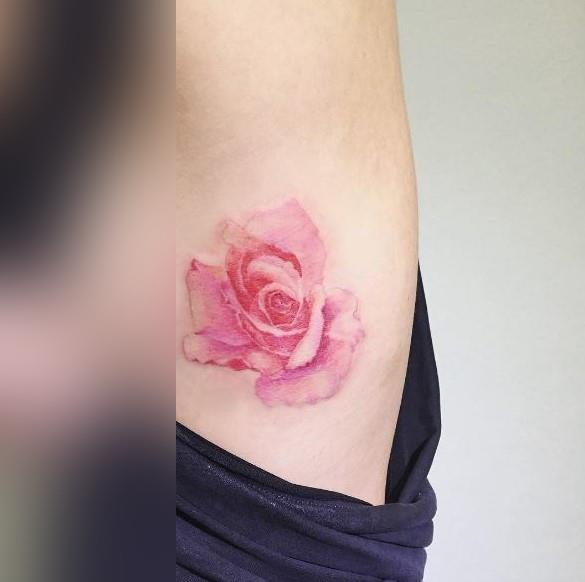 Una rosa tatuata - Tatuaggi acquarello, alcune fantastiche idee per i tuoi lavori
