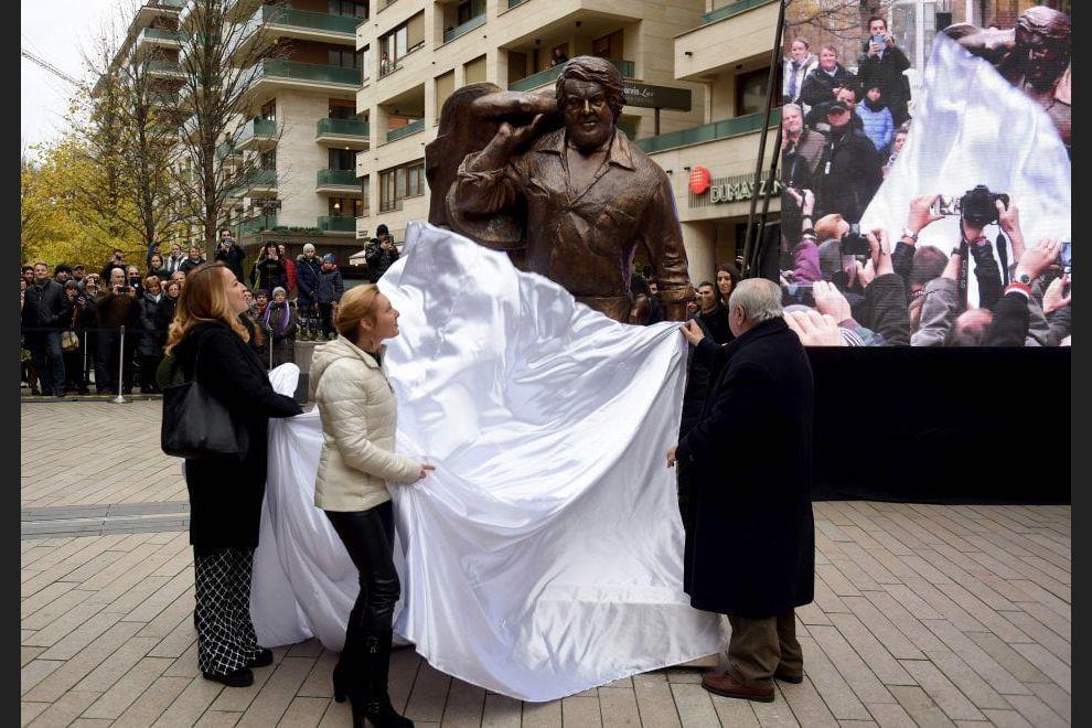 La statua posta nella piazza.