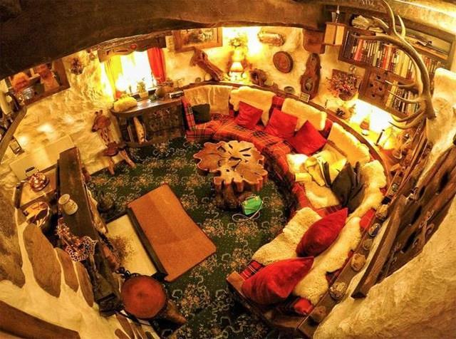 L'interno della casa dello Hobbit, soggiorno e cucina