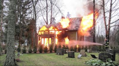 Una casa in fiamme