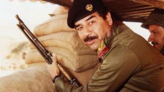 Saddam Hussein con un fucile