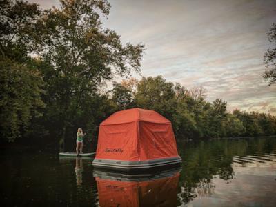La tenda galleggiante sosta fra gli alberi