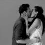 ragazzo e ragazza si baciano con trasporto nel video di First Kiss
