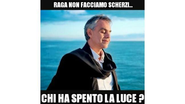 Meme di Andrea Bocelli in riva al mare