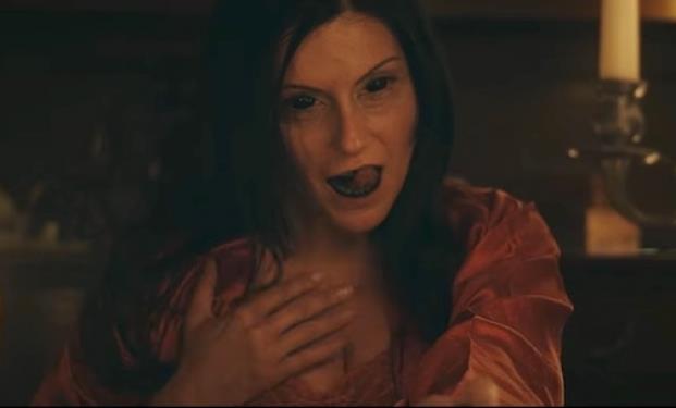 Ada, la medium, impossessata da un demone durante una visione di Ethan.