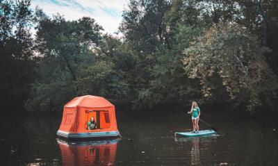 Due belle ragazze e la tenda galleggiante