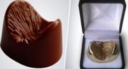 Il calco del tuo ano di cioccolato a sinistra, di bronzo a destra