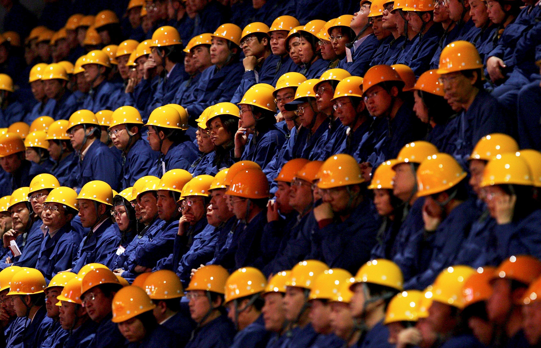 Lavoratori cinesi con elmetto di servizio