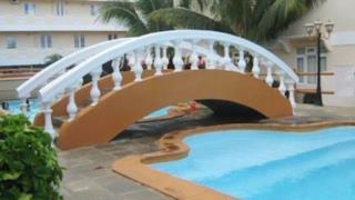 Un ponte sospeso sul pavimento