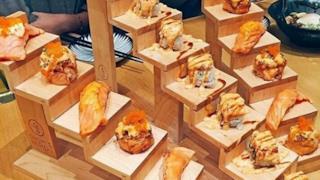 Del cibo servito su delle scalette