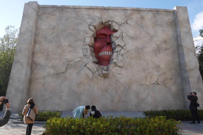 Dietro il negozio a tema dell'Attacco dei Giganti c'è questo incredibile muro