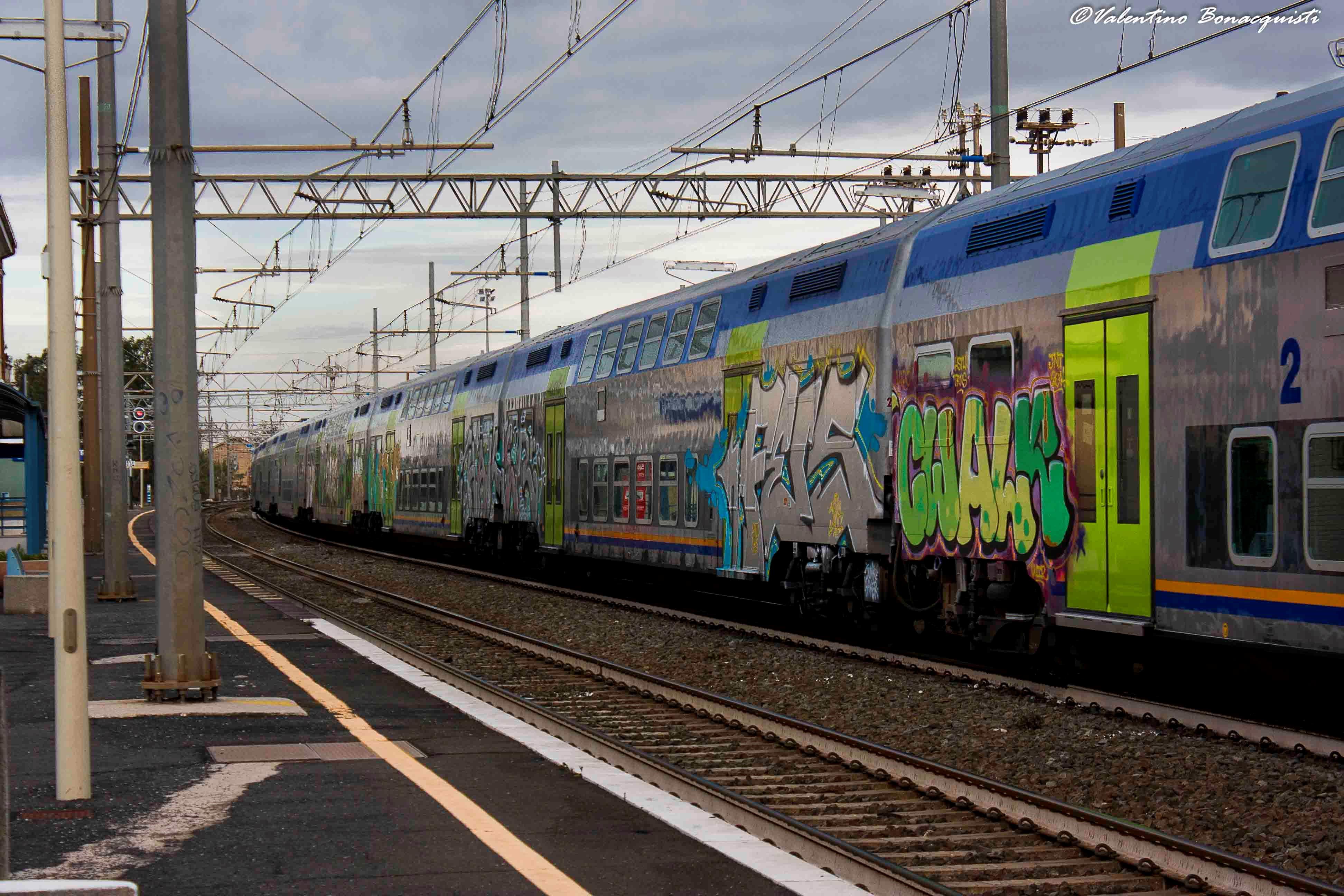 La foto di un treno nella stazione.