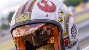Il casco da moto ufficiale di Star Wars, che riprende la forma di un casco da pilota di X-Wing.
