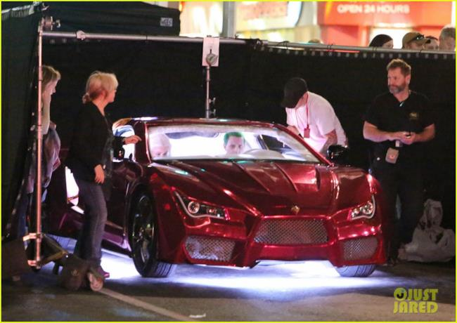 Gli stunt di Joker e Harley guidano l'auto di Mr J in un inseguimento