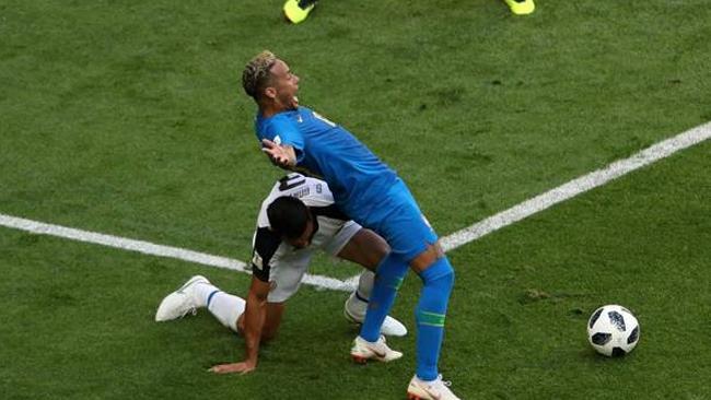 L'asso brasiliano Neymar che simula un fallo nei suoi confronti durante la partita con il Costa Rica
