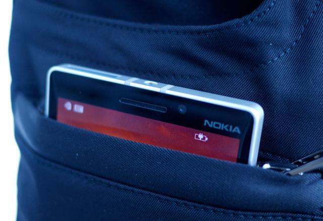Pantaloni con tasca che ricarica il telefono wireless
