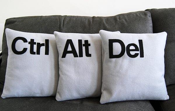 Tre cuscini con delle decorazione a tema