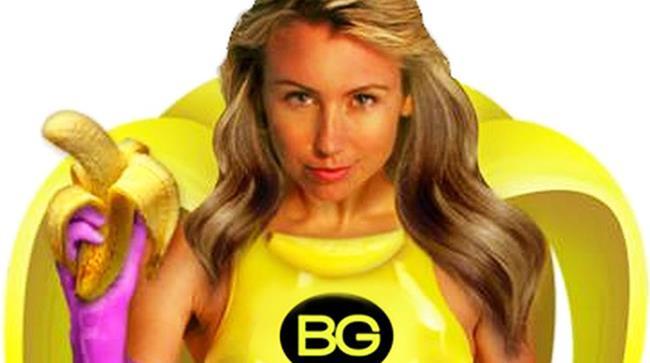 Banana Girl con il suo vestito e la chioma bionda