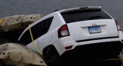 La foto dell'auto finita nel lago.