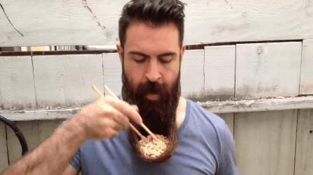 Un hipster e la sua barba-ciotola