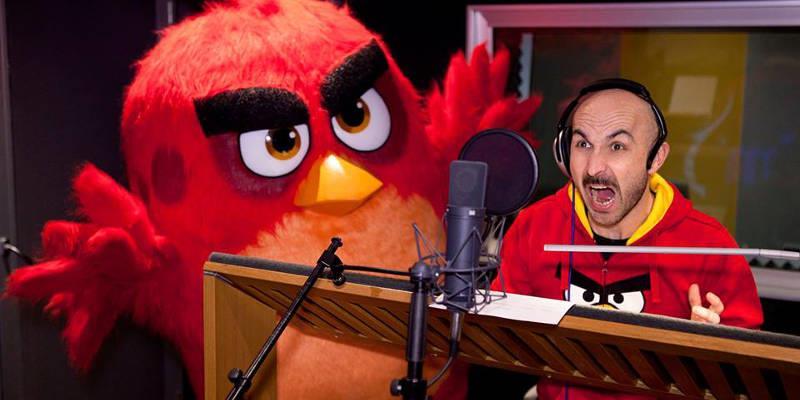 Maccio Capatonda impegnato nel doppiaggio di Angry Birds