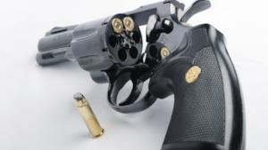 Una pistola carica nascosta nel forno ferisce il proprietaro
