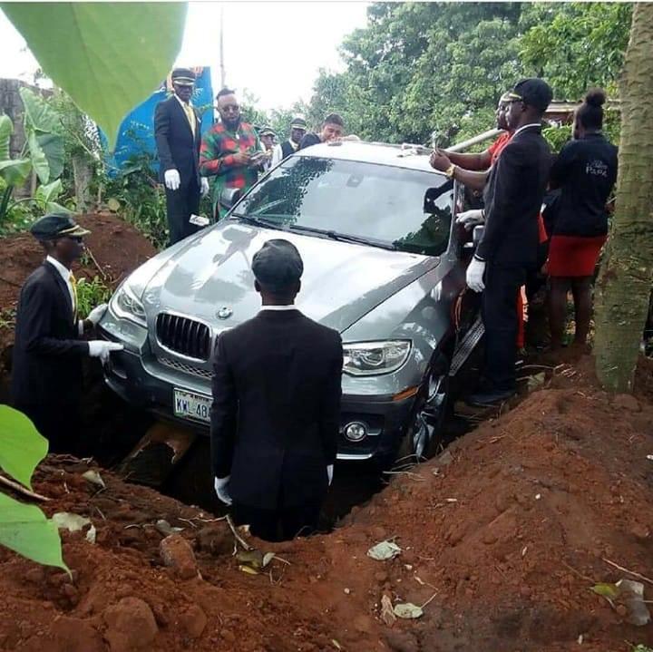 L'automobile di lusso usata in Africa come bara