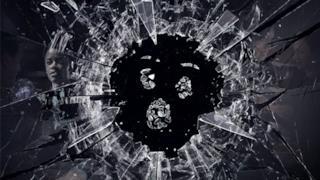 Lo schermo nero in frantumi, simbolo della serie tv