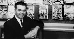 Una foto in bianco e nero di Jack Kirby negli uffici Marvel