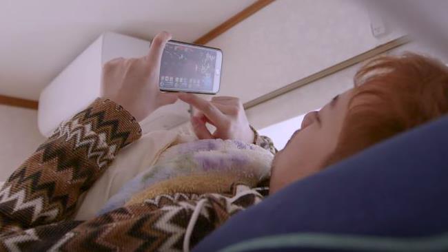 Daigo sul letto, mentre gioca al f2p