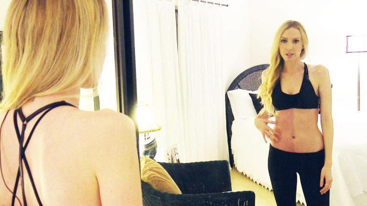 Taylor Muhl che si guarda allo specchio