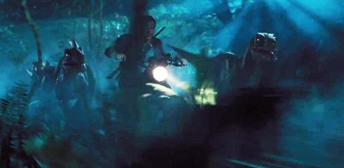 Chris Pratt in Jurassic World, inseguito da un gruppo di raptor
