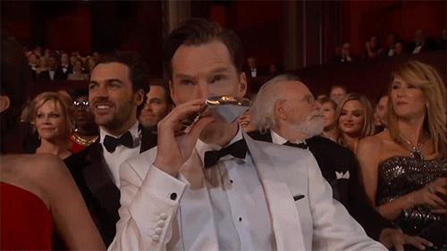 Benedict Cumberbatch con fiaschetta di liquore agli Oscar 2015