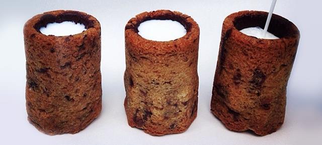 Cilindri biscotti con del latte al loro interno