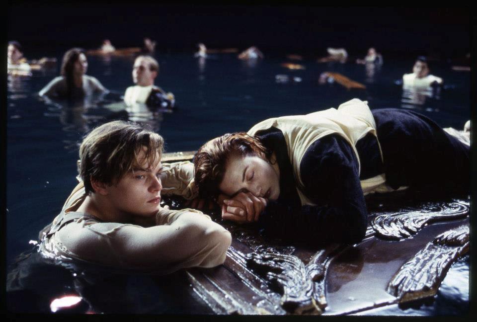 Leonardo di Caprio e Kate Winslet nella scena finale di Titanic