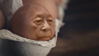 Un faccia umana su un uovo
